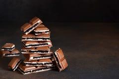 Mjölka choklad med vaniljkräm och choklad arkivfoton