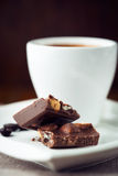 Mjölka choklad och en kopp av kaffe Fotografering för Bildbyråer