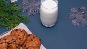 Mjölka, chokladkakor och en anmärkning för Santa Claus Notera positionen av Santa Claus på en vanlig bakgrund Feriebegrepp, nytt  stock video