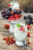 Mjölka coctailen med bär Royaltyfri Bild