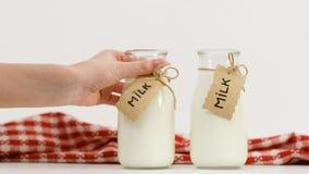 Mjölka drinken för den sunda mejeriprodukten för flaskan den naturliga Royaltyfri Bild