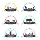 Mjölka emblemet, etiketter, logoen och designbeståndsdelar Nytt och naturligt mjölka Mjölka lantgården Kon mjölkar Vektorlogotypd Arkivbild