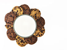 Mjölka exponeringsglas och kakor arkivfoton