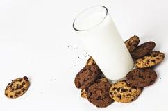 Mjölka exponeringsglas och kakor royaltyfri fotografi