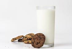 Mjölka exponeringsglas och kakor royaltyfria foton