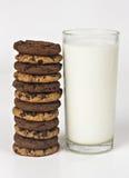 Mjölka exponeringsglas och kakor arkivfoto