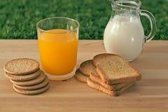 Mjölka fruktsaft, kakor Arkivbild