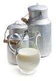 Mjölka i en glass kanna arkivfoton
