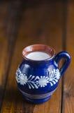 Mjölka i en lantlig kopp Royaltyfri Foto