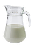 Mjölka i en tillbringare och ett exponeringsglas som isoleras på vit bakgrund Arkivbilder
