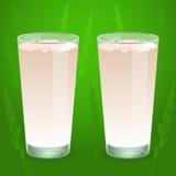 Mjölka i glass dryckeskärlar Arkivfoto