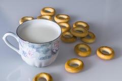 Mjölka i rånar på tabellen med bröd som torkar arkivfoto