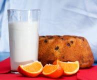 Mjölka, kakan och apelsinen Royaltyfri Foto