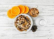 Mjölka, kakor och havremjölet med frukt, russin och muttrar Sunt Arkivbilder