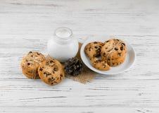 Mjölka kakor på en vit texturerad trätabell Fotografering för Bildbyråer