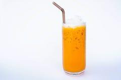 Mjölka kallt sött vatten för thai te på vit bakgrund Royaltyfri Fotografi