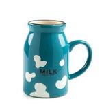 Mjölka koppen på vit bakgrund Arkivfoton