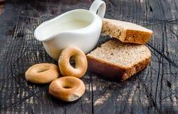 Mjölka med bakning och panera Royaltyfri Foto