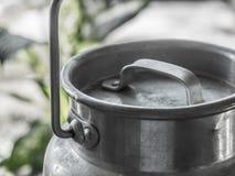 Mjölka mjölkkannan fotografering för bildbyråer