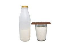 Mjölka och choklad på vit bakgrund 001 Fotografering för Bildbyråer