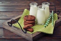Mjölka och kakor arkivfoton