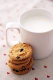 Mjölka och kakor royaltyfria bilder