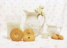 Mjölka och kakor Arkivbild