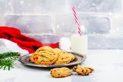 Mjölka och kakor hatten för för Santa Claus och jultomten` s över träbac royaltyfria bilder