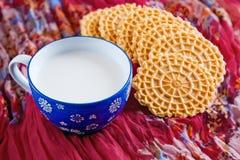 Mjölka och kakor, mellanmålet, frukost Arkivfoton