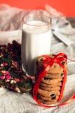 Mjölka och kakor på vit bakgrund för Santa Claus julen dekorerar nya home idéer för garnering till nytt år Royaltyfri Foto