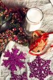 Mjölka och kakor på vit bakgrund för Santa Claus julen dekorerar nya home idéer för garnering till nytt år Arkivfoto