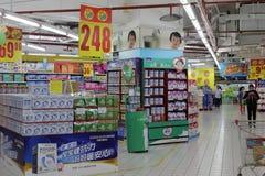 Mjölka och mjölkpulver i den chongqing supermarket Arkivbild
