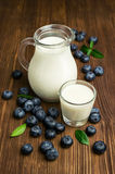 Mjölka och nya blåbär Arkivbilder