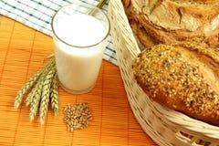 Mjölka och nytt bröd Arkivbild