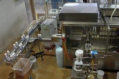 Mjölka och Ost-danande processar Arkivfoto