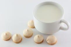 Mjölka och sötsaker arkivbild