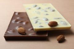 Mjölka och vita choklader Royaltyfria Bilder