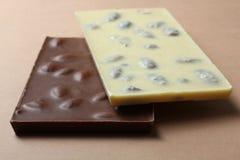 Mjölka och vita choklader med mandlar Royaltyfri Foto