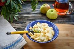 Mjölka rishavregröt med bananen - sund frukost Arkivbilder