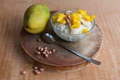 Mjölka rishavregröt med fruktmango Royaltyfria Bilder