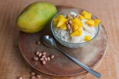 Mjölka rishavregröt med fruktmango Royaltyfri Bild