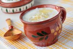 Mjölka soppa med nudlar i kopp Royaltyfria Bilder