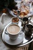 Mjölka te och kex Arkivfoton