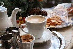 Mjölka te och kex Royaltyfria Foton