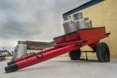 Mjölka tillbringarekanistrar på en tappninghästvagn Royaltyfria Foton