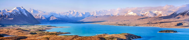 Mjölkaktig blå sjö Tekapo, södra ö, Nya Zeeland Royaltyfri Bild