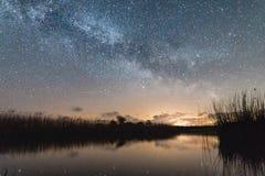 Mjölkaktig väg över den lugna sjön Arkivfoto