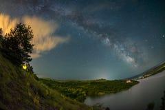 Mjölkaktig väg över sjön Cincis i Rumänien arkivfoto