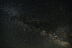 Mjölkaktig väg i mörk natt arkivfoto