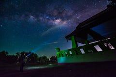 Mjölkaktig väg och miljon stjärna i himmel över den thailändska drakestatyn Royaltyfri Foto